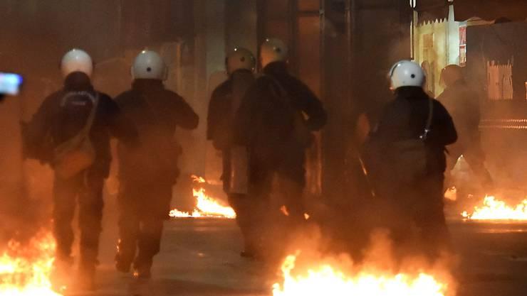 Nach einem friedlichen Gedenkmarsch in Athen ist es am Freitagabend zu Ausschreitungen gekommen.