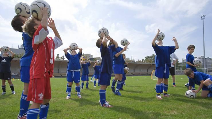 Die WM bereitet den Fussballvereinen regen Zulauf - das sorgt für Engpässe bei den Trainern. (Archiv)
