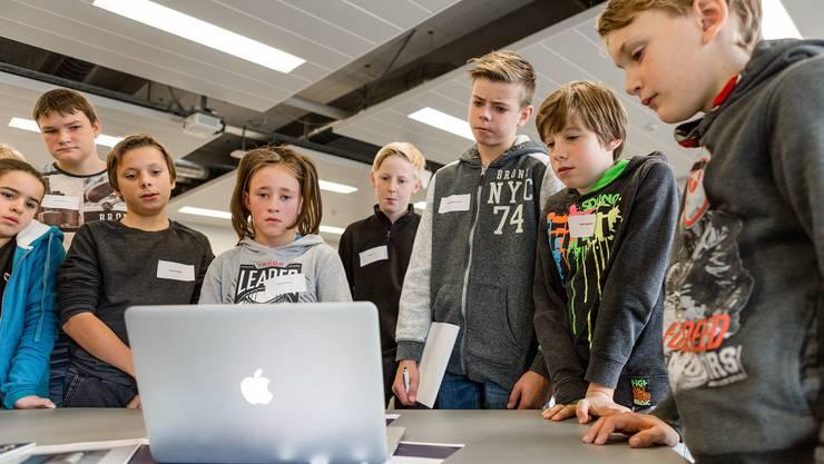 Kindern schadet es, zu viel Zeit am Computer zu lernen. Besser wäre eine Runde Fussball auf dem Pausenplatz.
