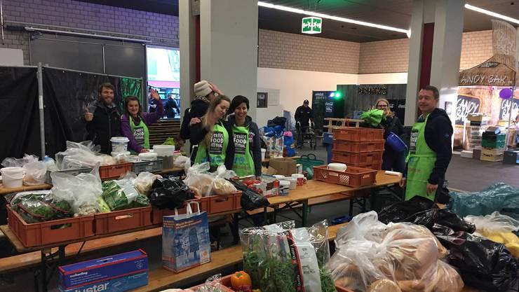 Freiwillige der Junior Chamber International Olten und Wiggertal sammelten am Streetfood Festival in Basel unverarbeitete Lebensmittel zum Weiterverwenden.