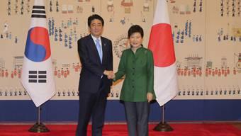 Vergangenheitsbewältigung: Südkoreas Präsidentin Park Geun Hye mit Japans Premier Shinzo Abe