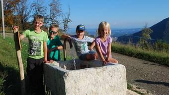 Niklas, Fabian, Joris und Nina freuen sich über den Brunnen.