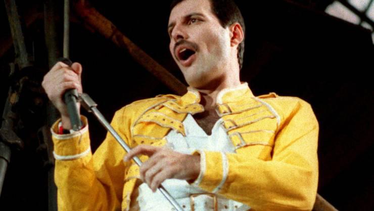 Freddie Mercury, Frontman der Rockgruppe Queen ist 1991 gestorben und wäre heute 72 Jahre alt. Das haben Fans zum Anlass genommen, ihr Idol zu feiern: mit aufgeklebten schwarzen Schnurrbärten. (Archiv)