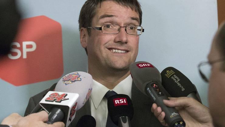 SP-Präsident Christian Levrat gibt den Medien nach dem Nein der SP-Fraktion Auskunft.