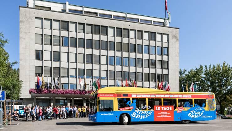 """Gemeindeammann und """"Busgötti"""" Roland Kuster (mit Käppi) taufte vor einem Jahr den """"Atmosphäre""""-Bus der RVBW."""