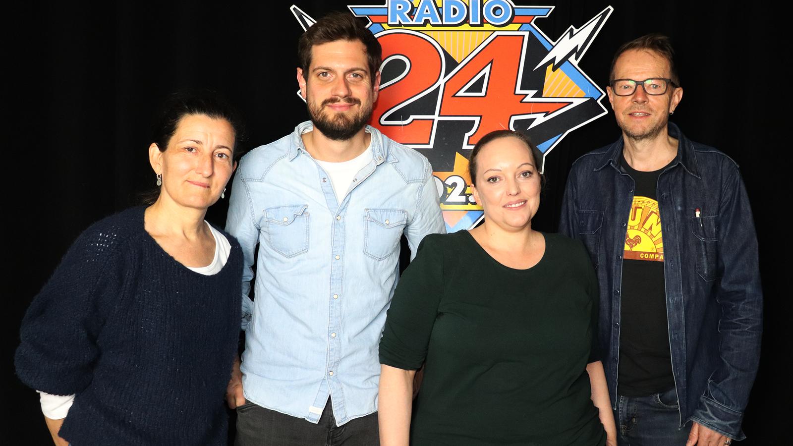 Dominik Widmer diskutiert in einem exklusiven «Radio 24»-Talk. Die Teilnehmer der Gesprächsrunde von links nach rechts: Erika Haltiner, Dominik Widmer, Chantal Obrist und Bänz Friedli. (© Radio 24)