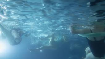 Vom Wald in die Badi: Die Winterthurer Stadtpolizei erfüllte den Wunsch der beiden Mädchen und brachte sie nach geglückter Rettung ins nahegelegene Schwimmbad.