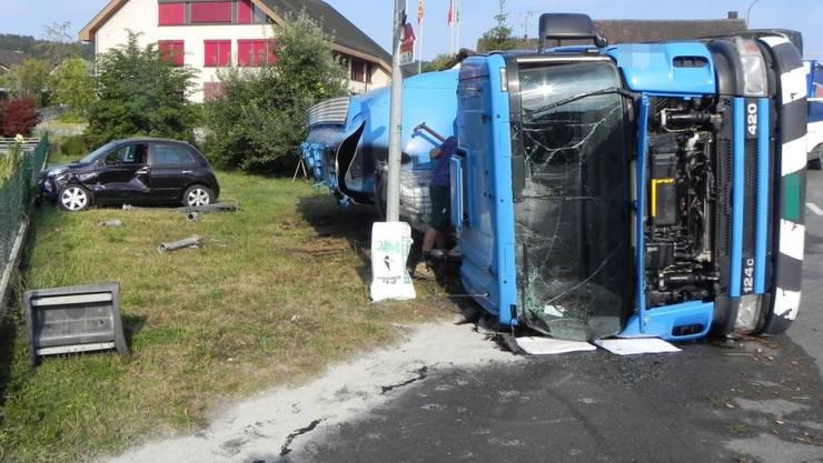 Am Dienstagmorgen hat sich ein Chauffeur bei einem Verkehrsunfall verletzt. Sein Lastwagen kippte und verlor die Ladung.
