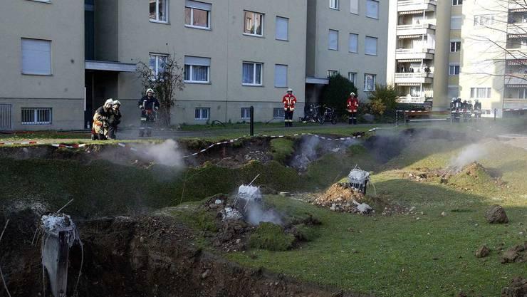 Feuerwehrmänner versuchen am Samtag, 27. November 2004 die sieben verschütteten Feuerwehrmänner zu retten.
