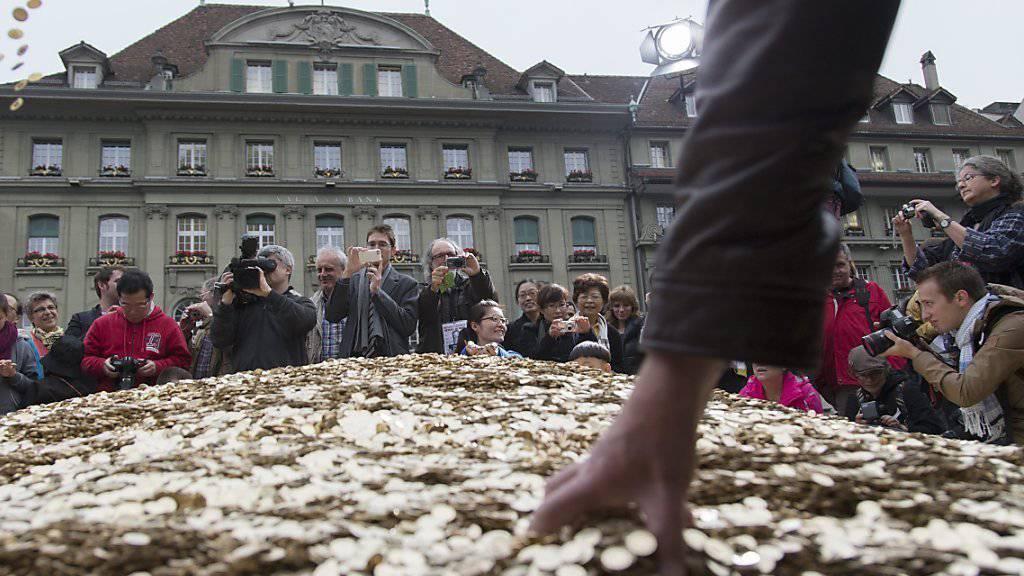 Mit 8 Millionen 5-Rappen-Stücken auf dem Bundesplatz in Bern warben die Initianten im Oktober 2013 für ihr Anliegen. (Archivbild)