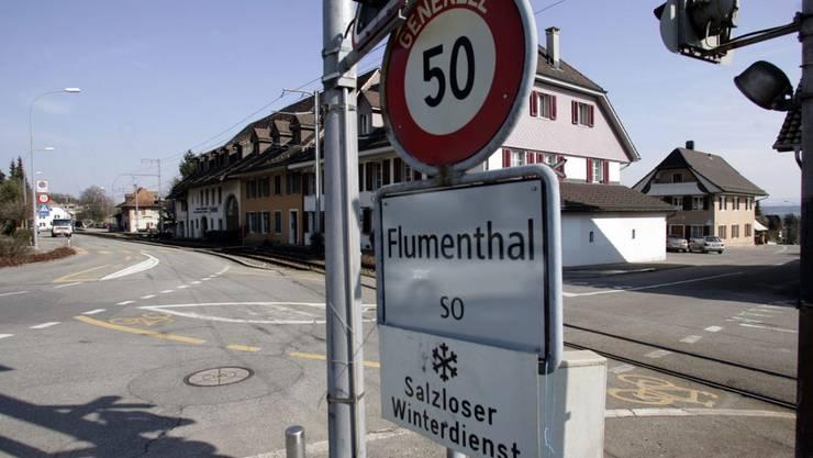 Ein Garagist prallte mit seinem Jaguar beim Bahnübergang Kirchgasse in Flumenthal ins Bipperlisi und flüchtete. Peter Gerber