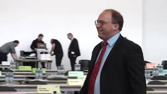 Der Kantonsrat Zürich tagte am Montag erstmals in der Messehalle. Dort können im Gegensatz zum Rathaus am Limmatquai die Hygieneregeln eingehalten werden. Die Tische stehen im Abstand von zwei Metern auseinander. Das Rednerpult wird laufend desinfiziert. An der Sitzung hat der Kantonsrat das Hilfspaket der Regierung offiziell genehmigt, ohne Gegenstimme.