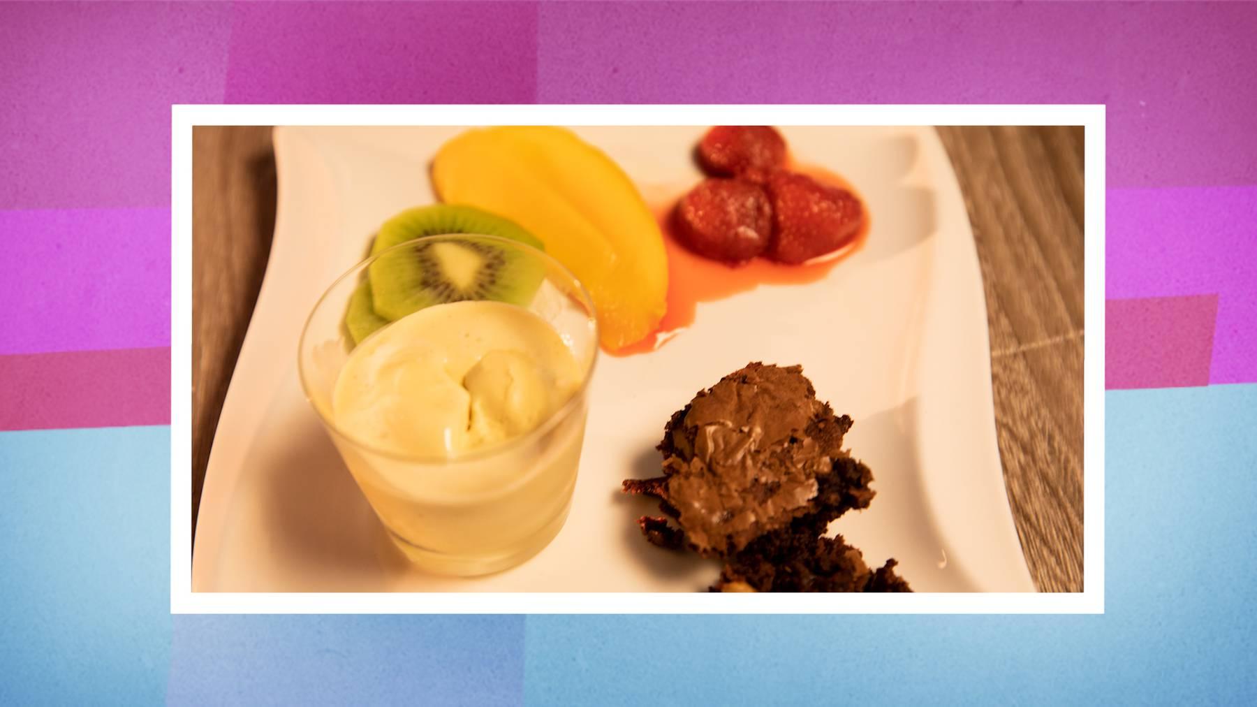 Das Dessert: Tonkabohnen-Glace und Brownie mit Früchtevariation