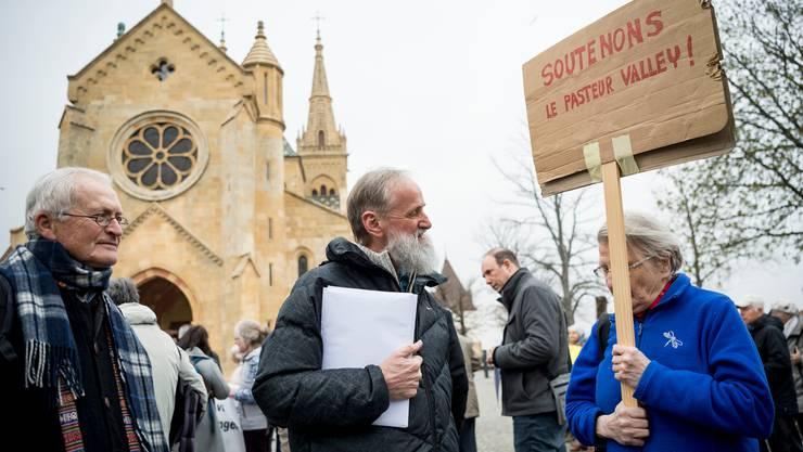 Norbert Valley (Mitte) wird bei einer Anhörung bei der Staatsanwaltschaft von Mitstreitern unterstützt.