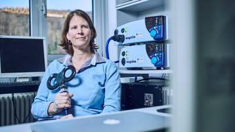 Die ETH-Professorin Nicole Wenderoth erforscht, wie sich das Gehirn beeinflussen lässt – mit einem Gerät, das ein Magnetfeld erzeugt.