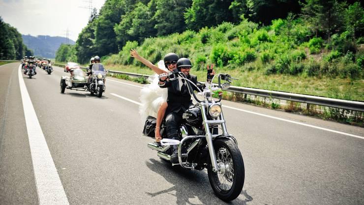 Freddy Nock und seine frischangetraute Frau auf dem Motorrad
