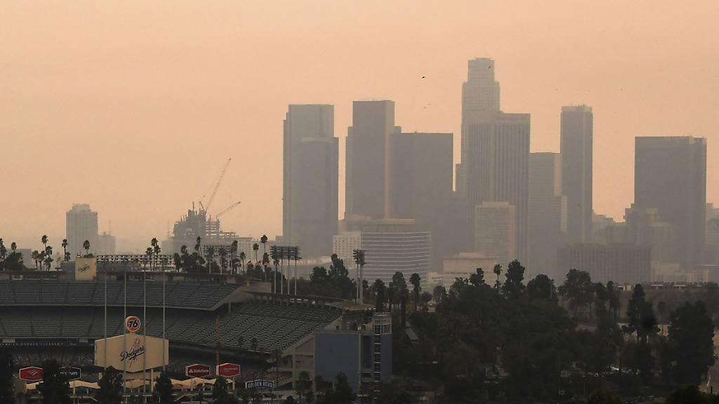 Die von den Bränden im Westen der USA verursachten Partikelwolken sind auch in Los Angeles sichtbar. Die Partikel wurden von Windströmungen auch nach Europa getragen. (Themenbild)