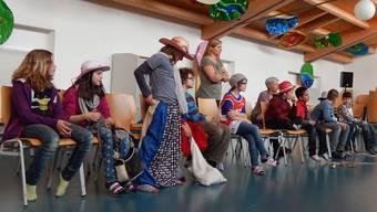 Kostüme-Aussuchen gehört auch zum Theaterspielen.