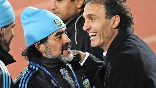 Maradona und Ruggeri 2010 unterhalten sich an der Weltmeisterschaft in Südafrika.