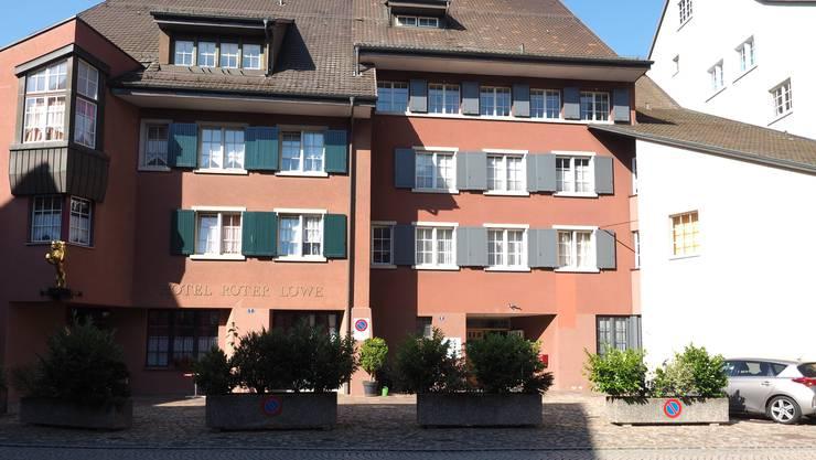 Noch bis Anfang 2018 befindet sich im «Roten Löwen» in Laufenburg ein Posten der Kantonspolizei Aargau.  (Archiv)