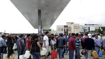 Warten auf Benzin: Aus Protest gegen die Wahlen blockieren Lehrer in Mexiko eine Benzin-Verteilstation