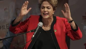 """Brasiliens Präsidentin Dilma Rousseff steht unter grossem politischem Druck. Die Kritik der Oppostion an ihrere Politik bezeichnete sie in einer Rede als """"Putsch-Rhetorik""""."""