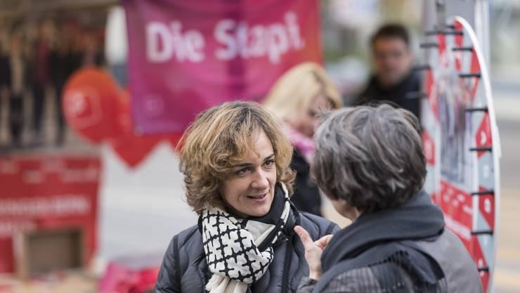 Der Stapi-Wahlkampf in Bern ist reichlich kompliziert. Im Bild: Ursula Wyss (SP), die als Stadtpräsidentin kandidiert, spricht mit einer Passantin.