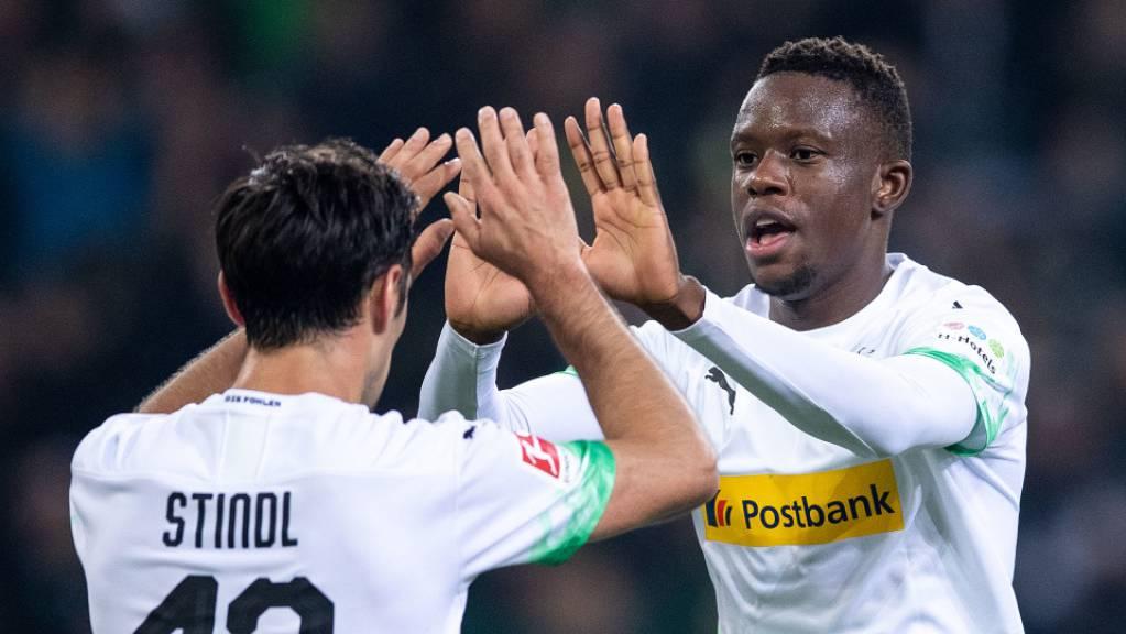 Denis Zakaria (rechts) dürfte auch nächste Saison im Trikot von Borussia Mönchengladbach jubeln