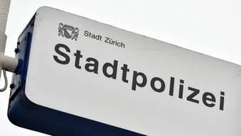 Die Stadtpolizei hat beim besetzten Juch-Areal Stellung bezogen und weist Personen weg. (Symbolbild)