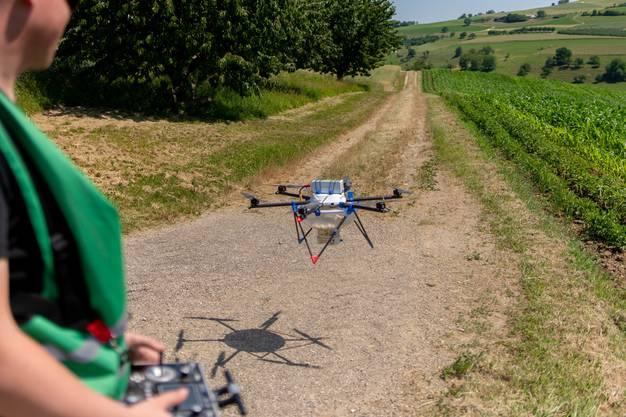 Es handelt sich um Drohnen von UFA Samen und Nützlingen, einem Bereich der Fenaco-Agrargenossenschaft, vor allem bekannt wegen ihrer Landi-Läden.