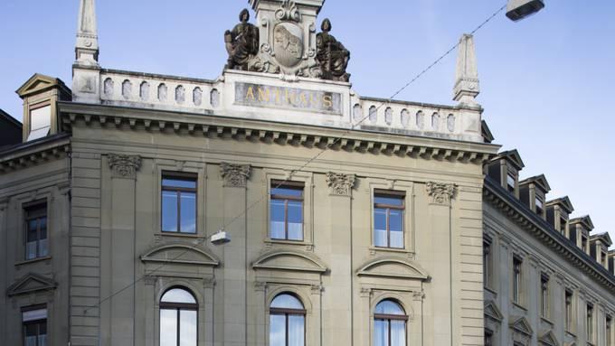 Vor dem Wirtschaftsstrafgericht in Bern haben sich am Dienstag die mutmasslichen Strippenzieher eines faulen Kunst-Deals die Schuld zugeschoben.