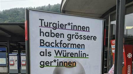 Dieses Galaxus-Plakat steht am Bahnhof Turgi – Einwohner aus Turgi nennt man aber Turgemer*innen.