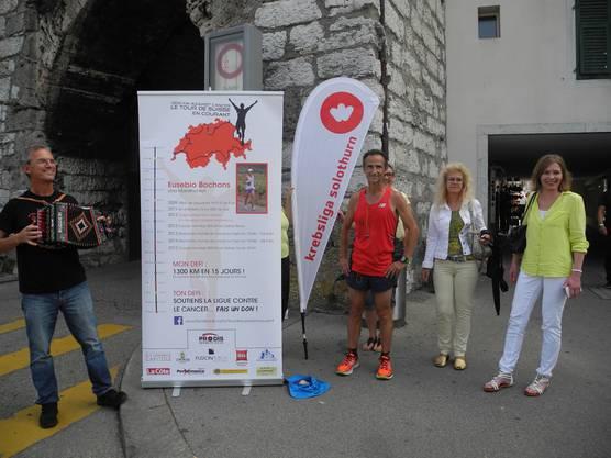 Mario Boffa und Eusebio Bochons posieren zusammen mit Mitarbeiterinnen der Krebsliga Solothurn für die Kamera