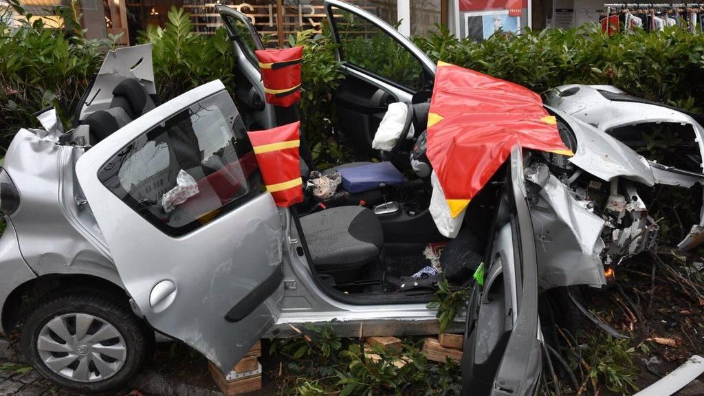 Um die verletzte Autofahrerin aus ihrer misslichen Lage zu retten, musste die Feuerwehr das Autodach entfernen.