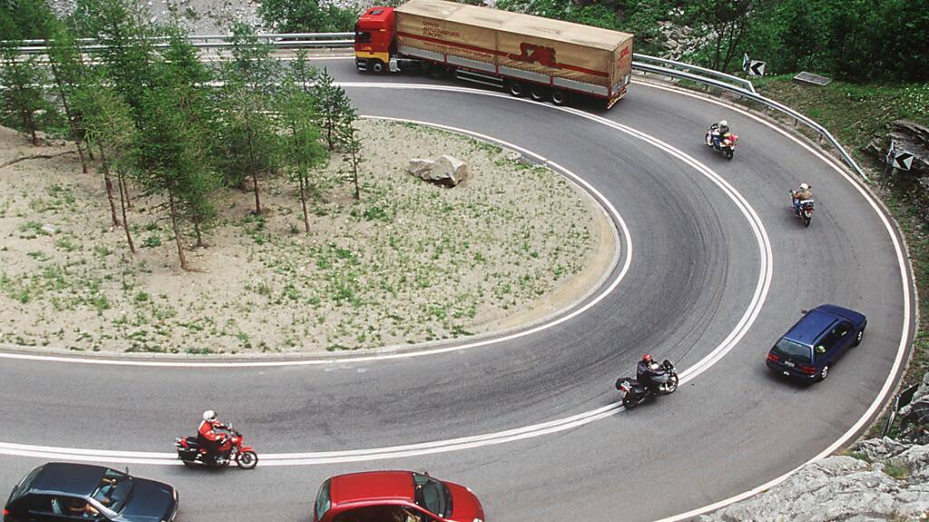 Lastwagen und Cars sollen künftig nur noch auf Transitstrassen durch die Schweizer Alpen fahren dürfen, wenn sie mit modernen Fahrassistenzsystemen ausgerüstet sind. Dieser Meinung ist der Nationalrat. (Symbolbild)