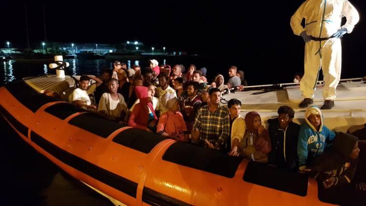 Nach etwa 35 Stunden Fahrt erreichen 70 Flüchtlinge den Hafen von Lampedusa.