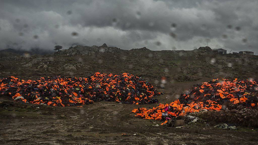 Berge von Schwimmwesten, die nach der Überquerung des Mittelmeers von Flüchtlingen auf Lesbos liegen gelassen wurden (Archiv)