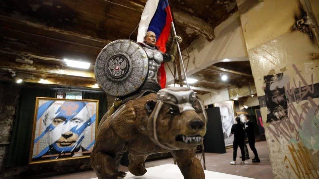 """Keine Satire: Der russische Präsident Wladimir Putin reitet in der Ausstellung """"Superputin"""" einen gigantischen, blutrünstigen Bären."""