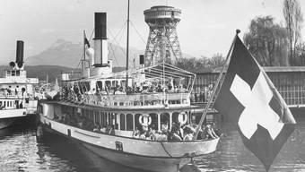 Zwei Dampfschiffe zirka 1952.
