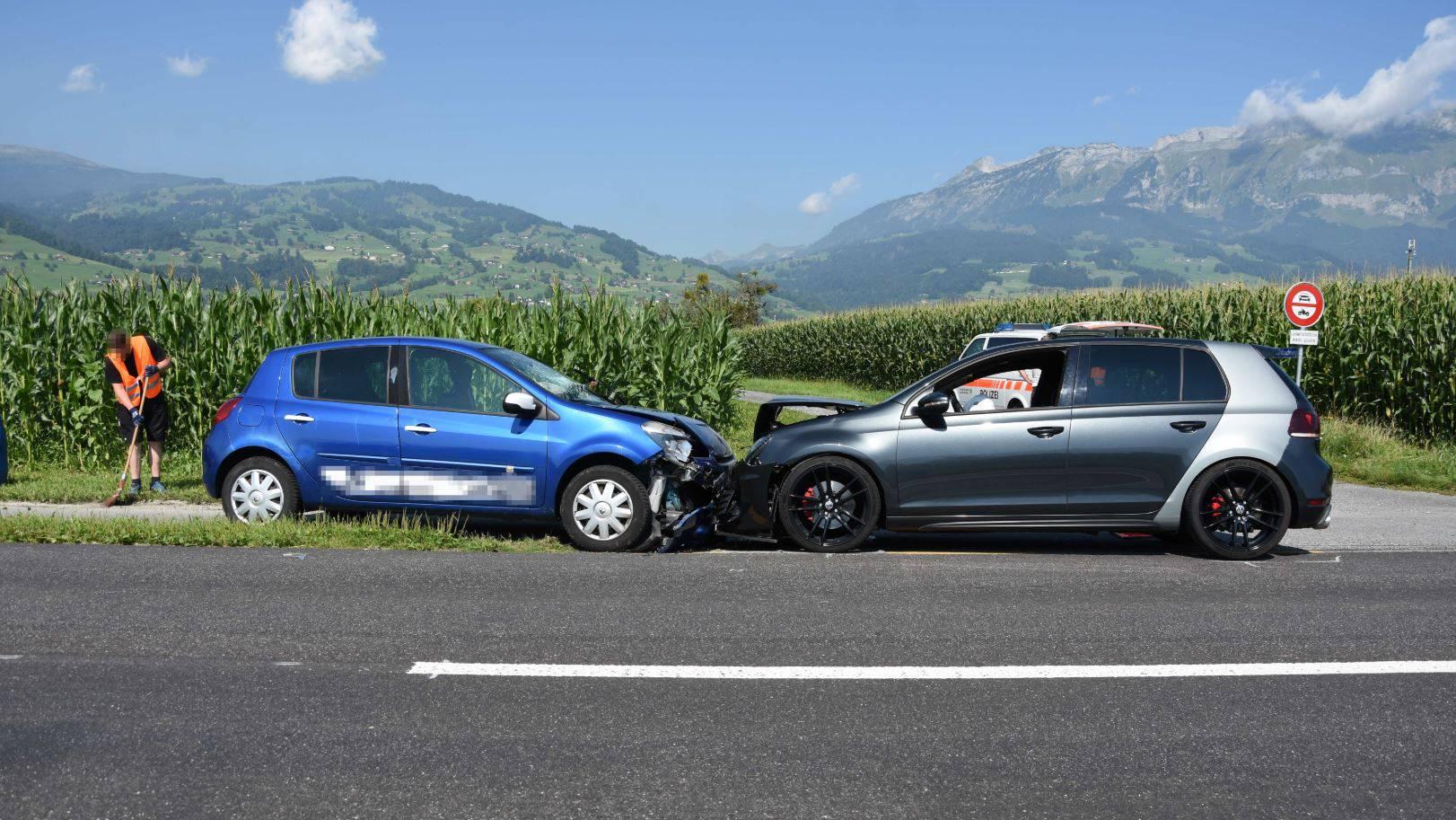 Die Beifahrerin wurde bei der Kollision leicht verletzt.