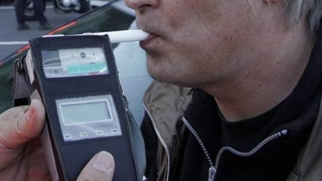Der Betrunkene, der keinen Führerausweis besitzt, fährt zu einem Restaurant-Parkplatz. (Symbolbild)