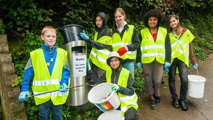 Ständerätin Pascale Bruderer beteiligt sich mit Schülern am Clean-Up-Day.