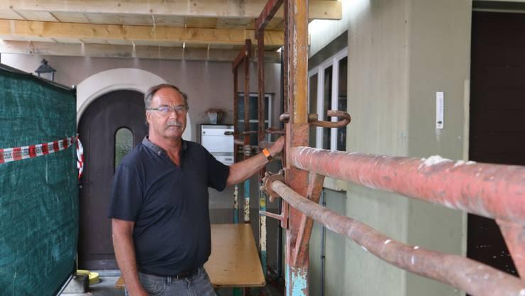 Roland Rickenbacher muss den Betrieb seines Dorfladdens wegen eines Brandes einstellen.