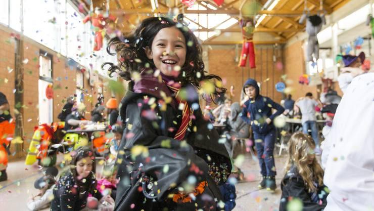 An der Kinderfasnacht in Freienwil liessen es die jungen Besucherinnen und Besucher Konfetti regnen.