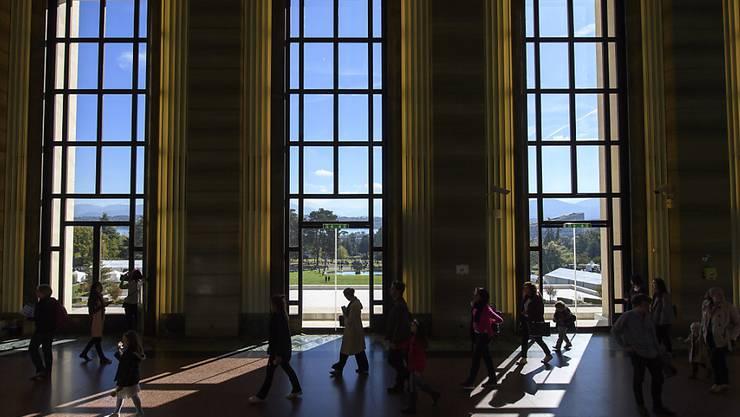 In den Gängen des Palais des Nations in Genf. Mit einer neuen Strategie und einer Stiftung will der Bundesrat Genf als Zentrum der Internationalen Diplomatie festigen. (Archivbild)