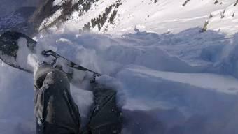 Plötzlich fühlte sich der Schnee irgendwie komisch an – dieser Snowboarder gerät in eine Lawine. Und glücklicherweise wieder hinaus.