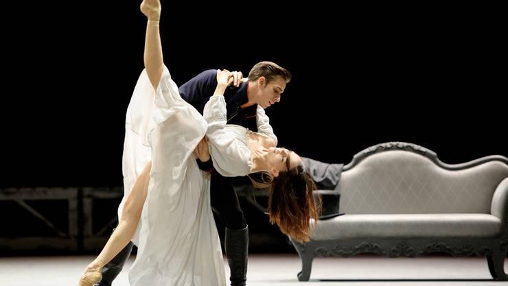Verbotene Liebe: Graf Wronski (Denis Vieira) umfängt Anna Karenina (Viktorina Kapitonova), die für ihre Liebe alles geopfert hat. Monika Rittershaus