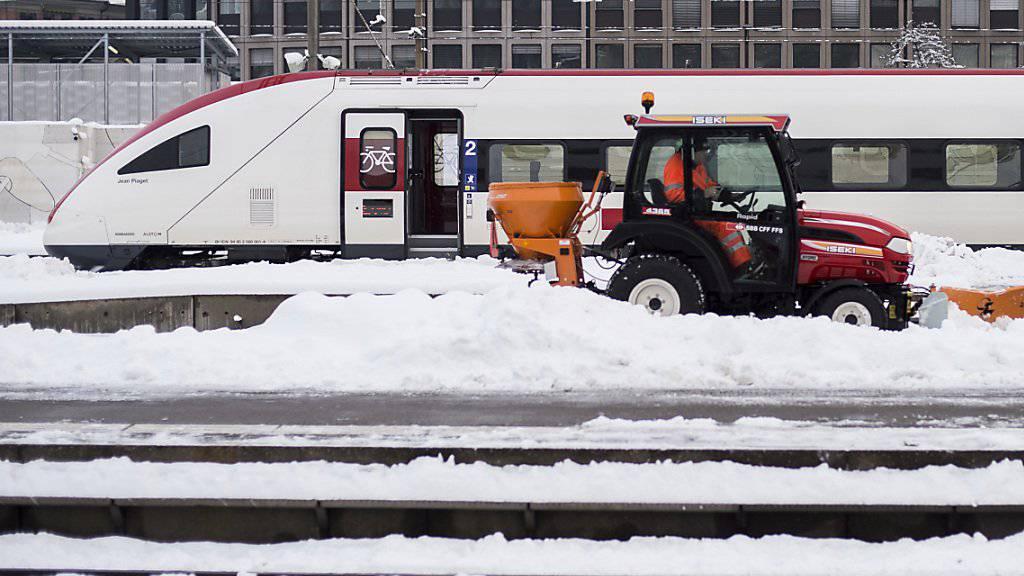 Kein Weiterkommen mehr: Wegen des Winterwetters blieb in der Waadt ein Zug zwischen Aigle und Bex stecken. Die Passagiere mussten evakuiert werden. (Symbolbild)