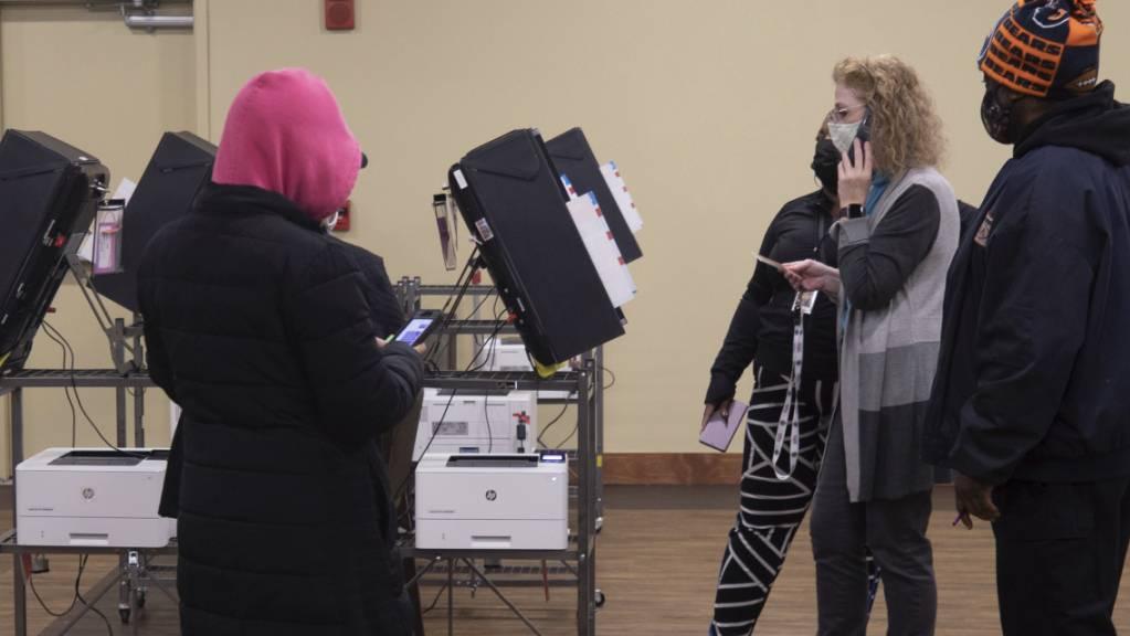 Ein Wahlhelfer telefoniert, nachdem die Wahlmaschinen während der Senatsstichwahlen in Georgia in einem Seniorenzentrum nicht mehr funktionierten. Im südlichen US-Bundesstaat Georgia haben am Dienstagmorgen (Ortszeit) Stichwahlen um zwei Sitze im US-Senat begonnen. Foto: Branden Camp/FRE171034 AP/dpa