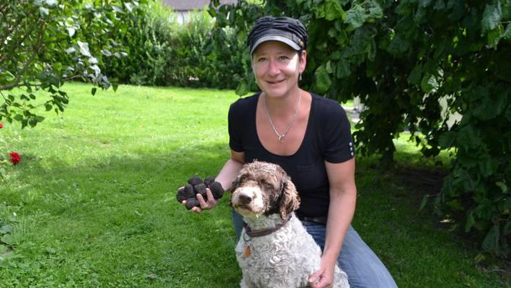 Christine Schmid mit Trüffelhund Fortuna und rund 250 Gramm Trüffel, demErgebnis nach vierstündiger Suche im Wald.